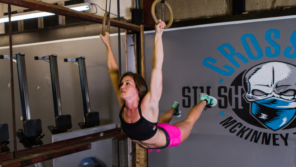crossfit woman muscle up